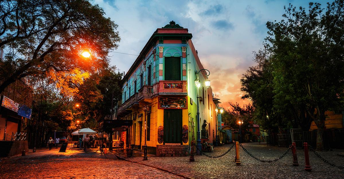 Las calles vibrantes de Argentina son una visita obligada para todos los viajeros. Asegúrate de explorarlas de forma segura con las vacunas de viaje y los consejos de Passport Health.