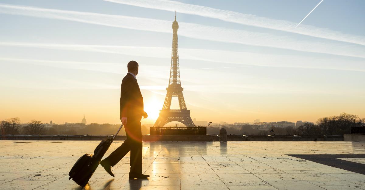 Plutôt que de partir en vacances, plusieurs décident de combiner leurs voyages avec le travail, ce qui se nomme le bleisure, contraction des mots anglais business (affaires) et leisure (loisirs).