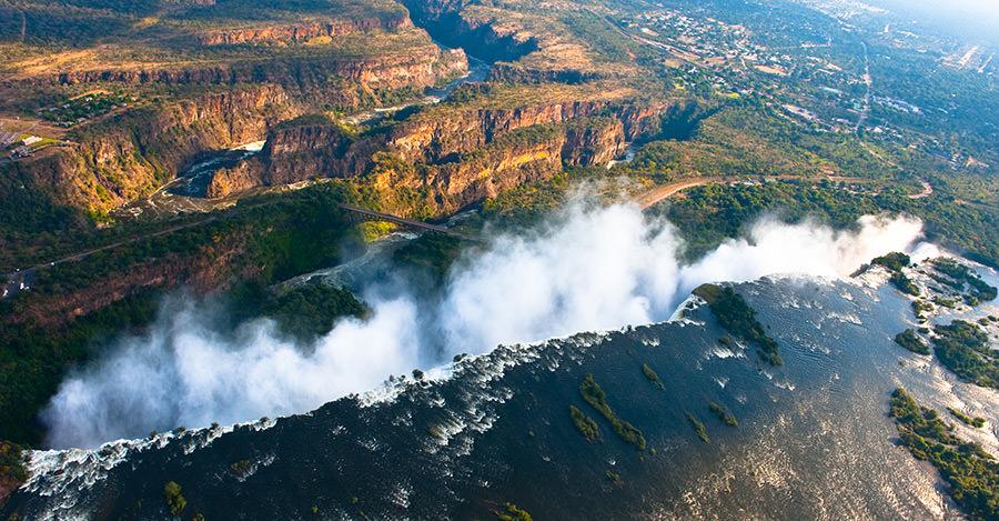 Victoria Falls es solo una de las razones increíbles para visitar Zimbabue. Asegúrate de explorarlos de forma segura con las vacunas de viaje y los consejos de Passport Health.