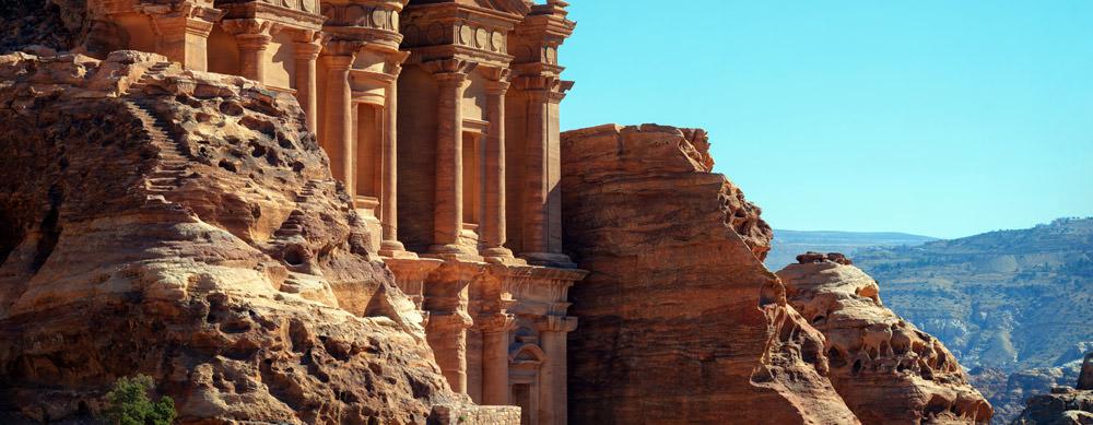 Jordania tiene de todo para explorar. Asegúrate de ir en forma segura con tus vacunas de viaje y los consejos de Passport Health.