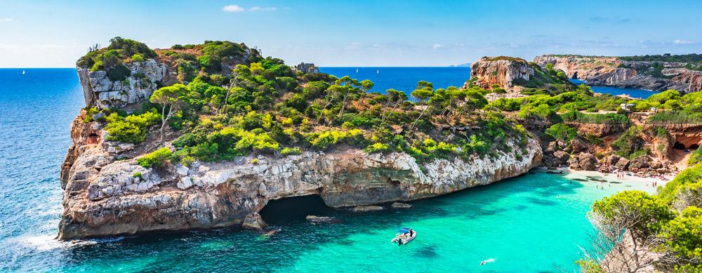 Las Islas Baleares tienen de todo para explorar. Asegúrate de ir en forma segura con tus vacunas de viaje y los consejos de Passport Health.
