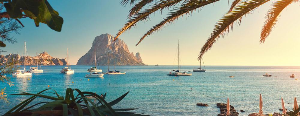 Ibiza tiene de todo para explorar. Asegúrate de ir en forma segura con tus vacunas de viaje y los consejos de Passport Health.